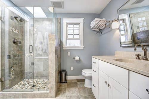Нужна ли душевая кабинка в ванной комнате?