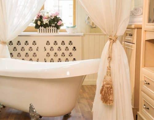 Как стирать мочалки и душевые шторы?