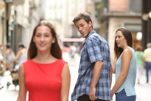 Мужчина сравнивает вас с подругой